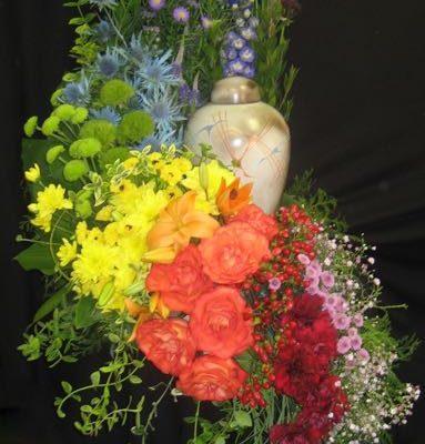 Arrangement de fleurs urne. Arc-en-Ciel